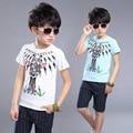 Modelo de la jirafa grande juego de los muchachos de manga corta camisetas de la raya cinco pantalones 2016 niños del verano de aduanas de dos piezas de algodón de los niños conjuntos