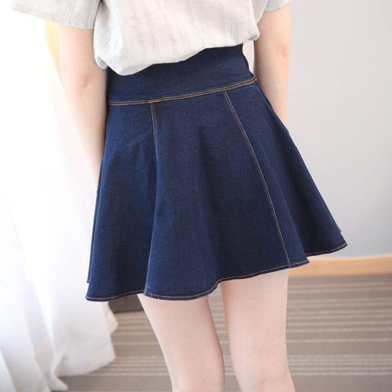 Молодая студентка в мини юбке