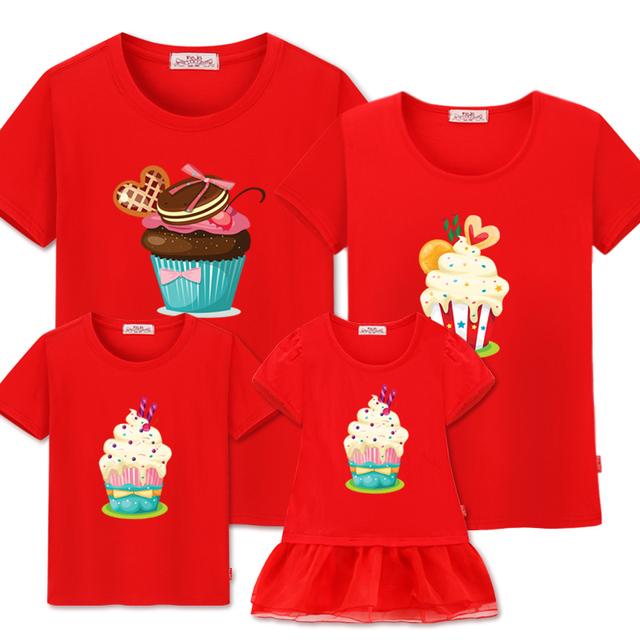 Familie matchende tøj far mor søn og datter
