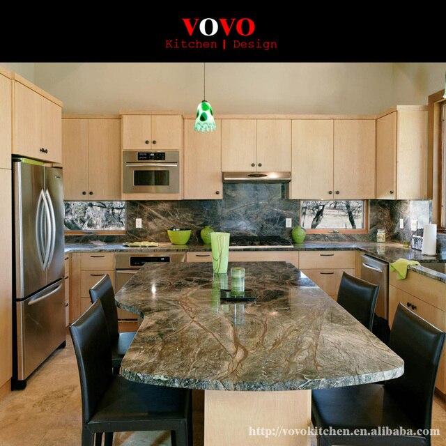 Mueble de Cocina de madera maciza con una isla en el medio en ...