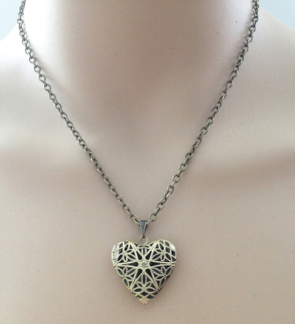 Vintage Floral patterns carved locket necklace charms flower necklace chain alloy locket pendant women men necklace collier