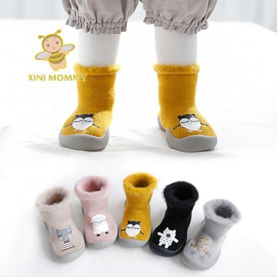 3bf93713fafe9 الأولى مشوا الفتيات حذاء طفل صغير الخطوة الأولى الطفل الفتيان ووكر المنزل  النعال الشتاء الدافئة جورب حذاء بنعال مطاطية لينة الجوارب