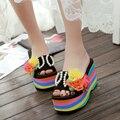 Súper sandalias de tacón alto femeninos un grueso de arrastre de fondo de la perla del taladro flores de vacaciones de cuadros verdaderos moda zapatillas zapatillas