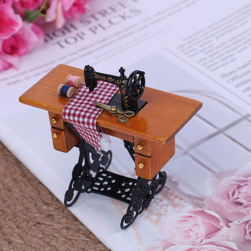 2019 1/12 Scale Dollhouse Decoration Wooden Miniature Furniture Families Vintage Miniature Sewing Machine With Cloth
