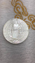 Colgante de joyería de concha de perla de 32mm, colgante de medalla de San Benito, Cruz tallada de la Virgen María, cuentas focales, 6 uds
