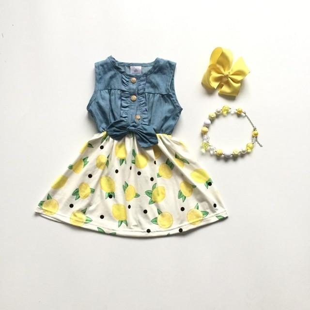 f8de5666f0a7e جديد الطفل الفتيات ملابس الأطفال القطن الصلبة اللون الأصفر lemon الدنيم  الأبيض فستان مكشكش بوتيك الصيف مباراة القوس الركبة طول