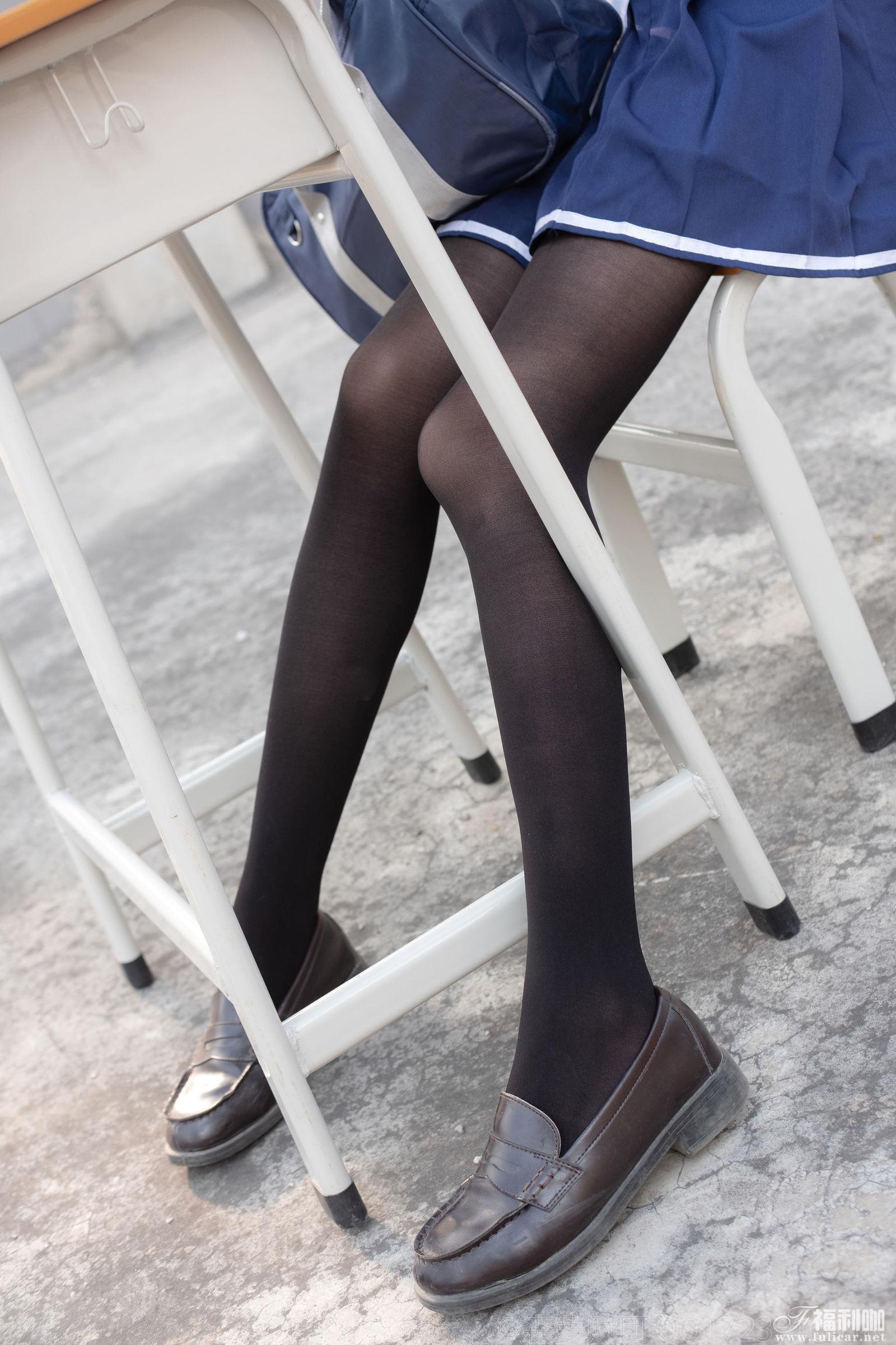 天台萝莉黑丝水手服写真