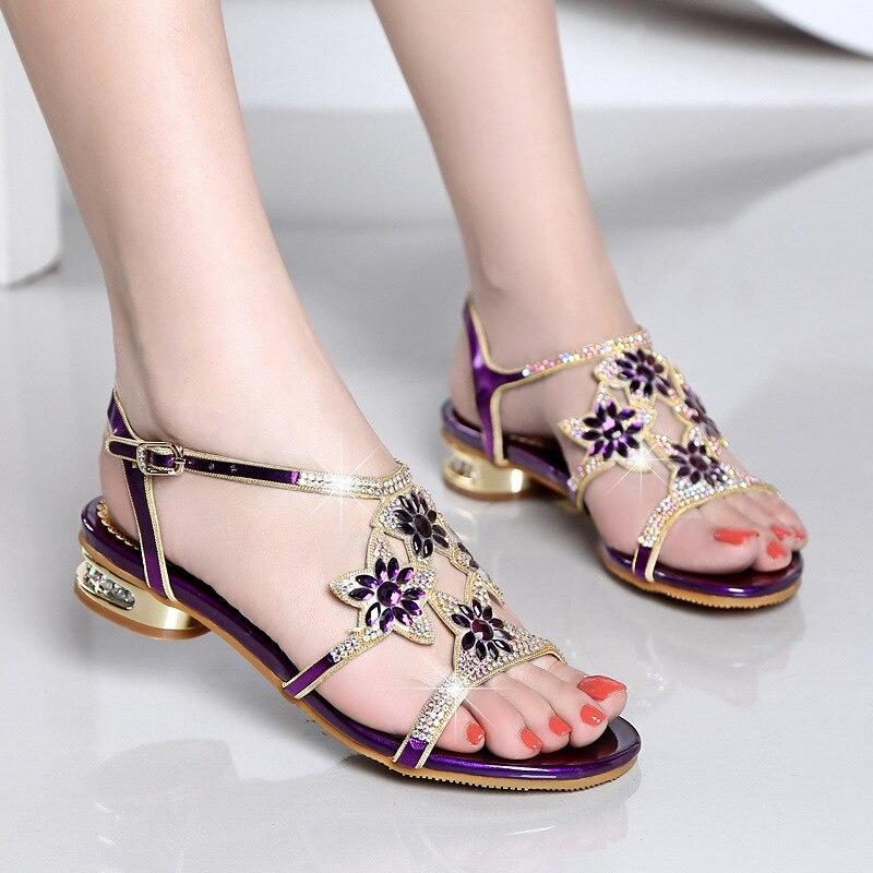 2018 紫、青、金 3 色オプションの女性のサンダル甘い革ラインストーンの女性の靴ローヒールダイヤモンドサンダル  グループ上の 靴 からの ローヒール の中 2