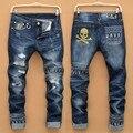 Mens jeans Rasgados masculino new Runway magro denim jeans Motociclista calças de brim magros calças hiphop Lavado Impresso Crânio azul jeans para homens