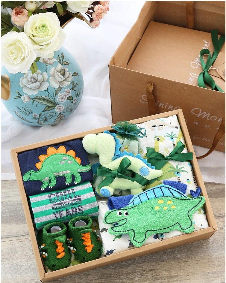 Livraison gratuite 1 ensemble bébé douche garçon vert dinosaure combinaison pantalon chaussettes jouets en peluche cadeaux de fête de naissance babyshower coffrets cadeaux