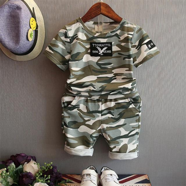 afc5985ae Verano 2017 camuflaje estilo Niños Conjuntos de ropa moda niños ropa Niños  deporte 2 unids ropa