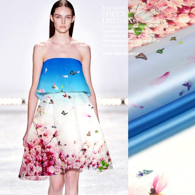 Розовый цветок на белом платье
