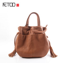 AETOO Pure leather kingdom pure skin Europe and the United States and Japan fashion retro retro shoulder buckets bucket bag lea aetoo imports of hand color tannery europe and the united states men retro to do the old messenger bag