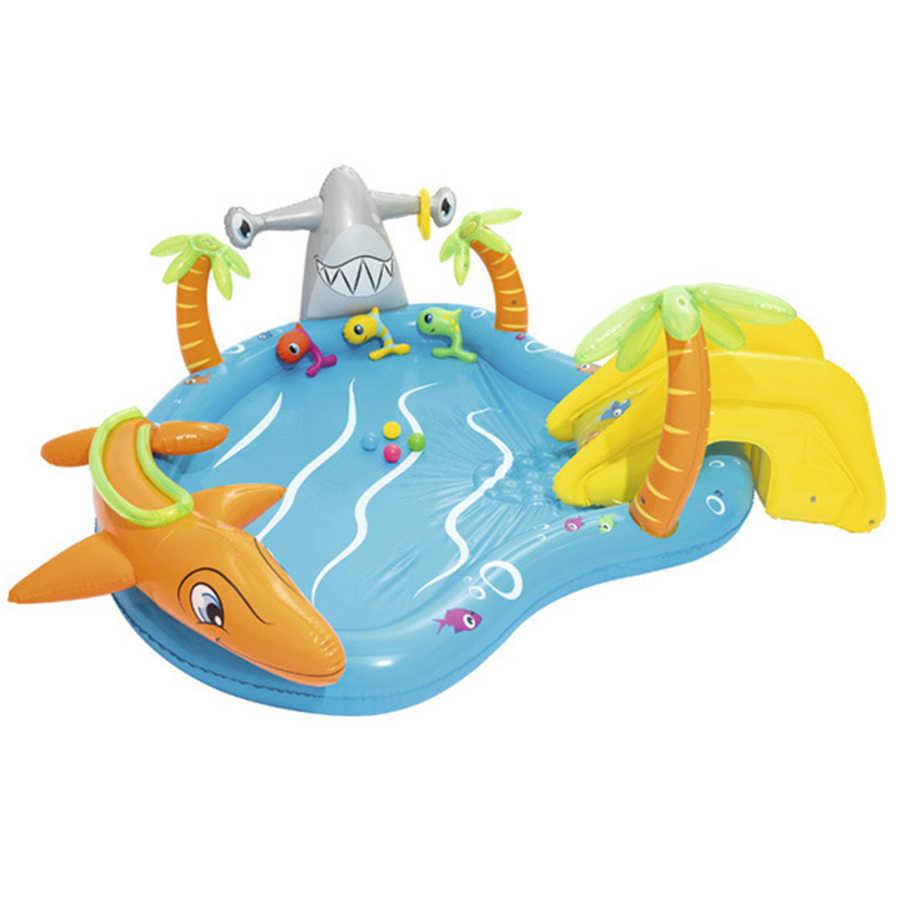 Linda piscina inflable con deslizamiento y bola rociador de agua automático para niños jugar en piscina inflable de agua