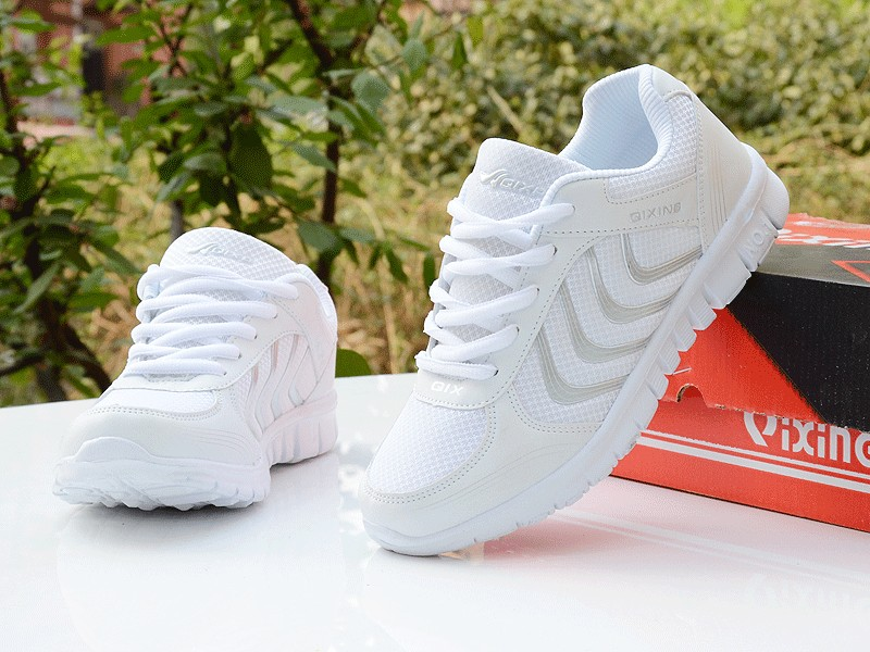 Foto with box Women's breathable light sneakers for tennis. Women's breathable light shoes for basketball white color