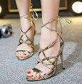 Sandalias de Tacón Alto de las mujeres Del Verano Recortes Con Cordones de zapatos de plata del oro Negro 2017 Nueva Llegada moda Casual Zapatos de Mujer