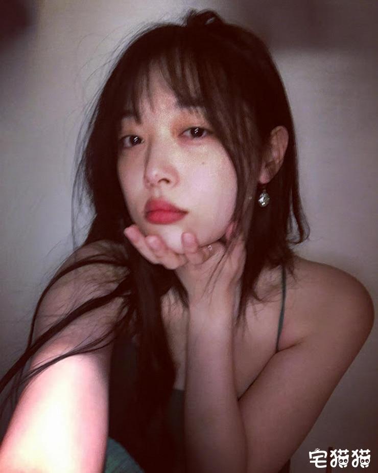 韩国当红女团明星Sulli(雪莉)上身真空凸点照/无胸罩照片曝光!