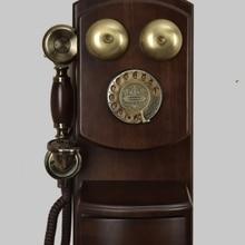 Teléfono fijo antiguo vintage, teléfono montado en la pared a la moda, estilo antiguo, dial giratorio con campana mecánica