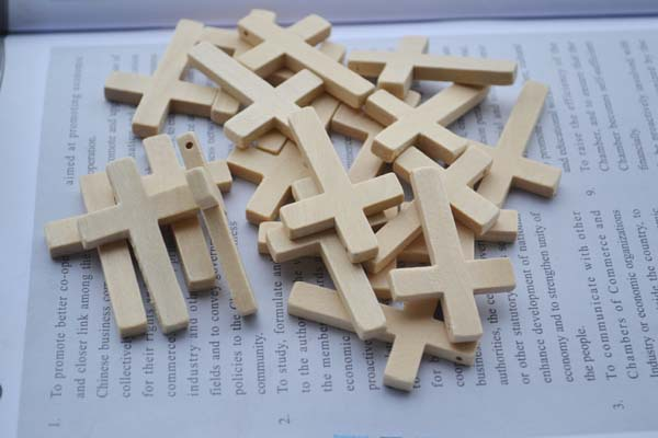 Wholesale Lots 300pcs lot White Natural Color Small Wooden Cross Charms Dangle Pendants Beads 45 30