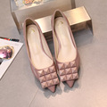 2016 pontas do dedo do pé mulheres sapatos dedução Rebite boca rasa sapatos de casamento Vermelho sapatos de fundo suave mujer Scarpe Donna