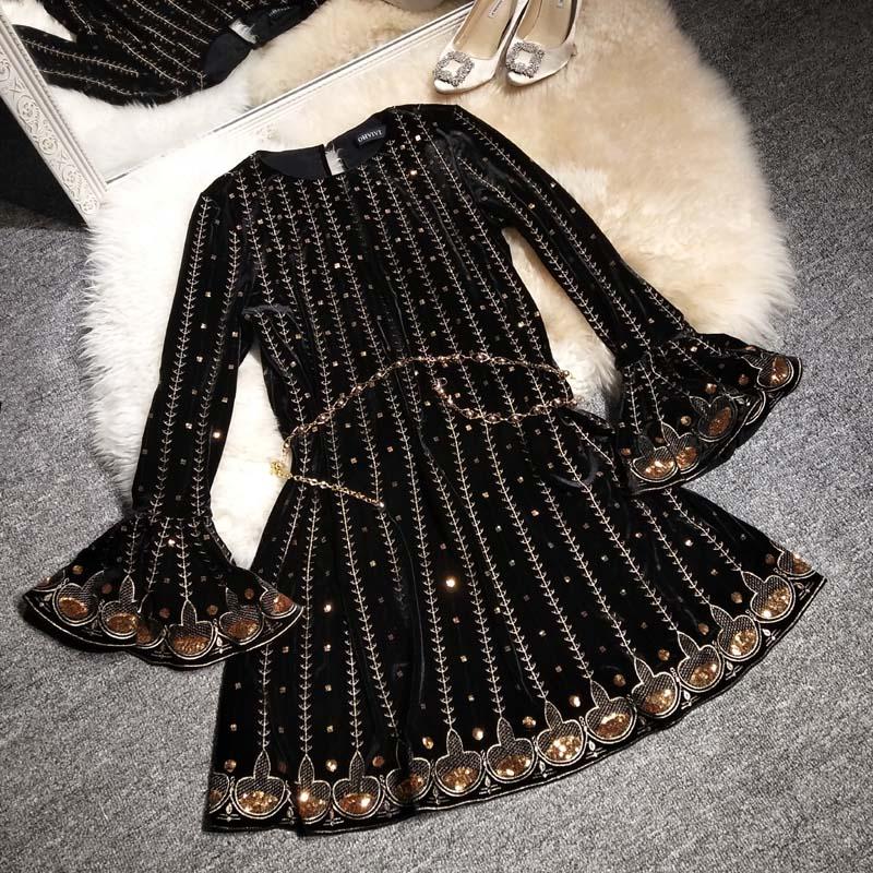 Женское платье с рукавами рожками и круглым воротником на осень и зиму
