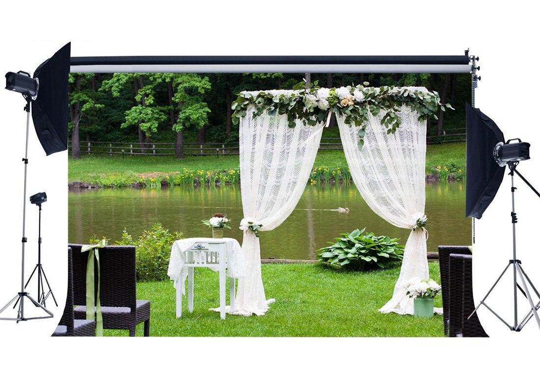 Ambitieus Bruiloft Tafel Decoratie Achtergrond Lente Vijver Wit Gordijn Jungle Bos Groen Gras Weide Verse Bloemen Achtergrond