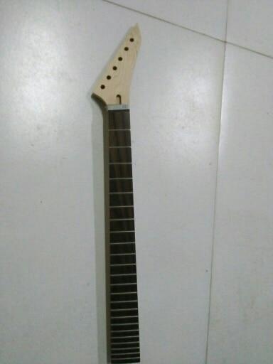 Un manche de guitare électrique inachevé en érable palissandre 24 frette 24.75 largeur de l'écrou 43mm largeur de talon 56mm