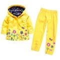Мода две пьесы непромокаемую куртку и желтый брюки девушки бутик одежды для весны детская одежда набор