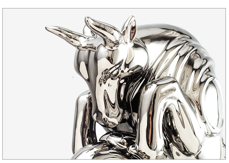 Ceramic Sculpture Platinum Gold Silver Barbaric Cow Modern Sculpture Abstract Wood Base Statue Room Desktop Decorative Ornament