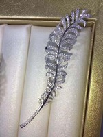 Qi Xuan_Brooch jewelry_S925 Silver Plated White Gold Inlaid Zircon Feather Brooch Men And Women Pin Buckle