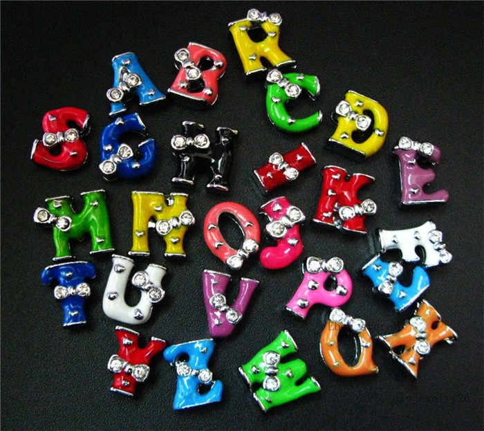 1pc A-Z 8 milímetros Única Cor Bow Tie Deslize Letras de Slides Encantos Ajuste Pulseira DIY Pulseira Pet Collar Mulheres jóias