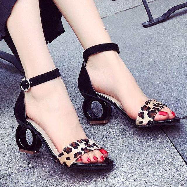 Marcas de Moda Sandalias de leopardo Del Pelo Del Caballo Extraño Estilo de la Hebilla de La Correa Bombas Partido Amarillo Correa Atractiva Del Tobillo Zapatos de Mujer