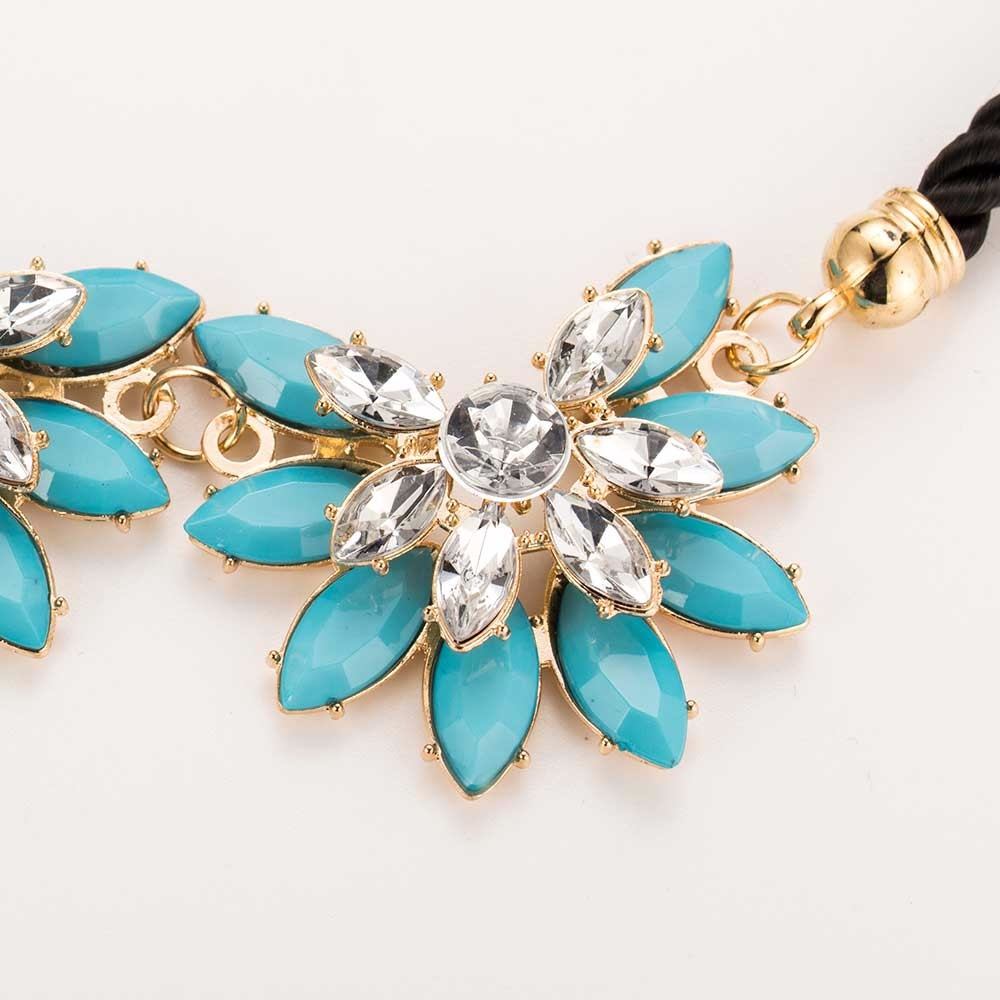blue-white-rhinestone-flower-shaped-necklace-2