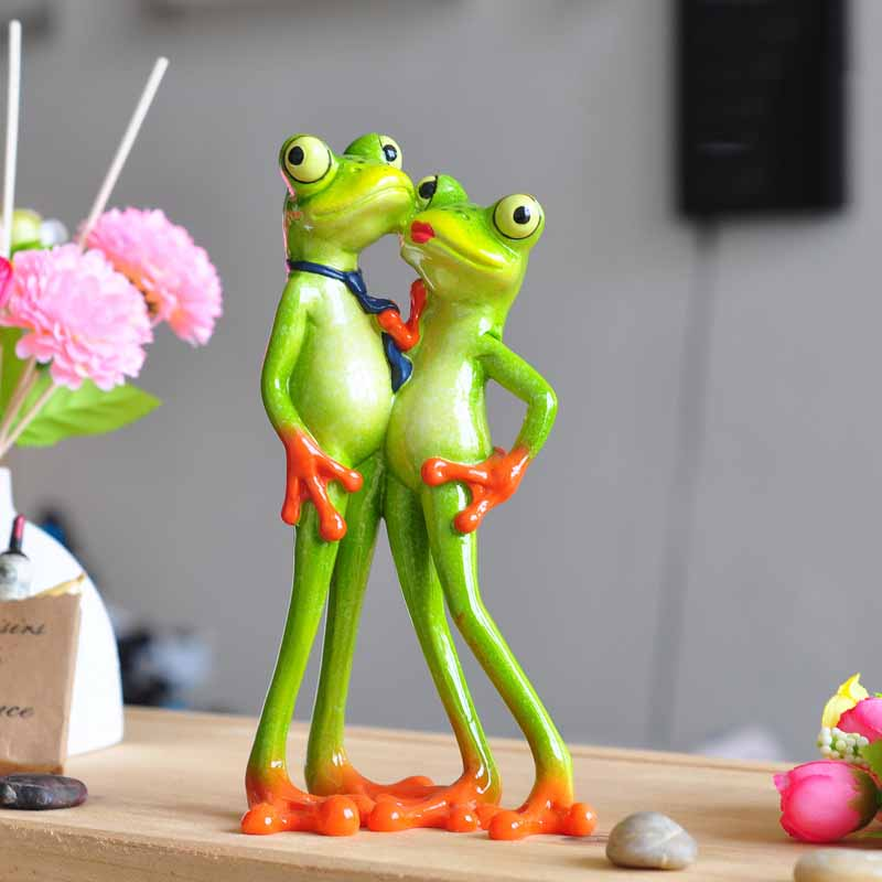 Creative Innovative Products 2017 New Interesting Resin Frog Novelty Gifts Loving Couple Figurine
