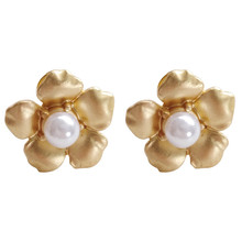 Made of metal and contracted earring flower shapes individual character vogue style earrings to wear a small lady