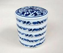 Stos pięć ceramiczne mieszanie kolorów tace z pokrywką