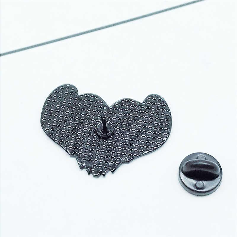 Kartun Lencana Huruf Kau Tidak Pernah Sendirian Jika Anda Memiliki Setan Bros untuk Wanita Hantu Jantung Pin Perhiasan Enamel Pin Aksesoris