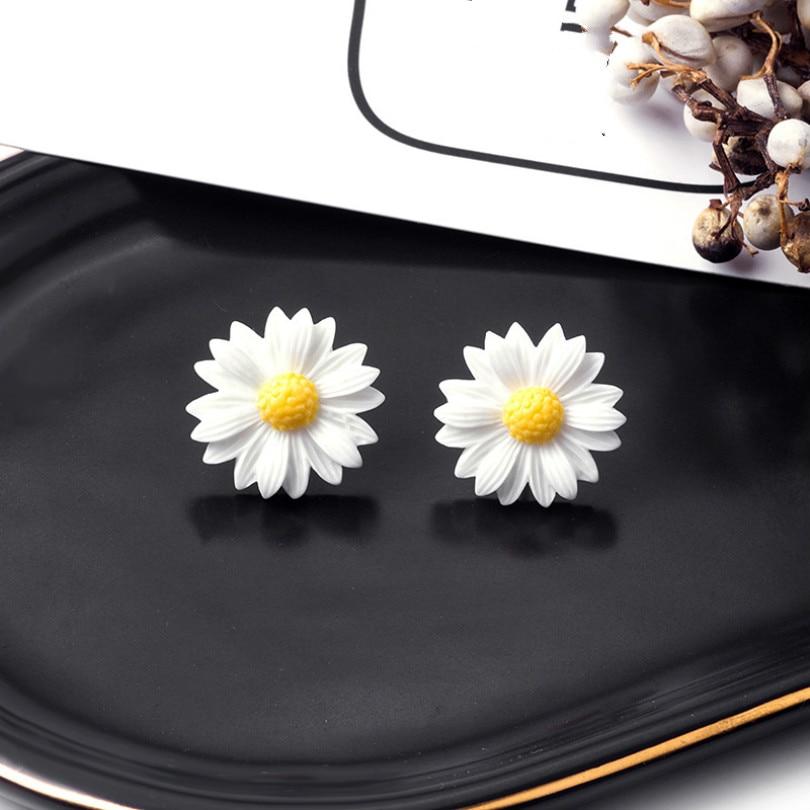 New Fashion Jewelry Cute Little Daisy Flower Earrings Small Fresh Bohemian Earrings Temperament Wild Female Elegant Earrings