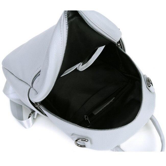 cinto de ombro duplo usando mochila feminina