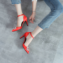 結婚式の靴女性の水ドリルボタン赤シルクサテンハイヒールの靴スリムハイヒールポイント花嫁の靴シングル靴