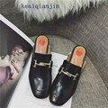 Mulher Rebite Chinelos de Verão 2017 Da Forma do couro Genuíno de Metal Decoração Pérola Low-heel Lazer Sapatos Preto Bege Vermelho China