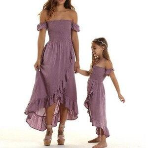 Семья к футболке одежда платье для мамы и дочки летнее платье со складками, с открытыми плечами для отпуска, в богемном стиле Пляжные наряды ...