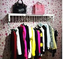 Утолщение вешалки для одежды отображения шельфа. боковой стене висит женская одежда полки, кованое железо стене висит вешалка
