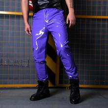 Pokaz mody piosenkarka tancerz styl hip-hopowy szczupłe spodnie do fitnessu wykonane na zamówienie kostiumy sceniczne męskie fioletowe skórzane spodnie męskie tanie tanio NSTOPOS Ołówek spodnie Mieszkanie Poliester Faux leather PATTERN skinny 30 - 41 L1579 Anglia styl Midweight Suknem Pełnej długości