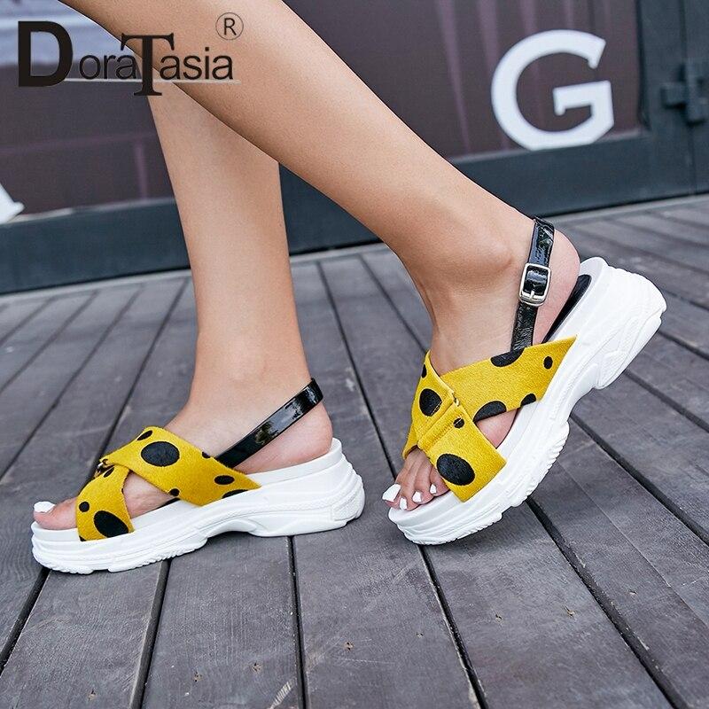Ayakk.'ten Orta Topuklu'de DoraTasia 2019 Yeni Tatlı Kadın Yaz Nokta Sandalet Kız Yaz At Kılı platform ayakkabılar Kadın Rahat Plaj Takozlar Ayakkabı Kadın'da  Grup 1