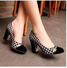 แฟชั่นลายสก๊อตสำนักงานอาชีพปั๊มนิ้วเท้ารอบสำหรับผู้หญิงสีดำสีขาวสบายๆรองเท้าส้นหนา