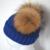 Nueva designal lana invierno niño raya cap de punto mezclado con 2 Color Natural Real del Mapache Pompones De Piel Sombrero de Los Niños para Niños