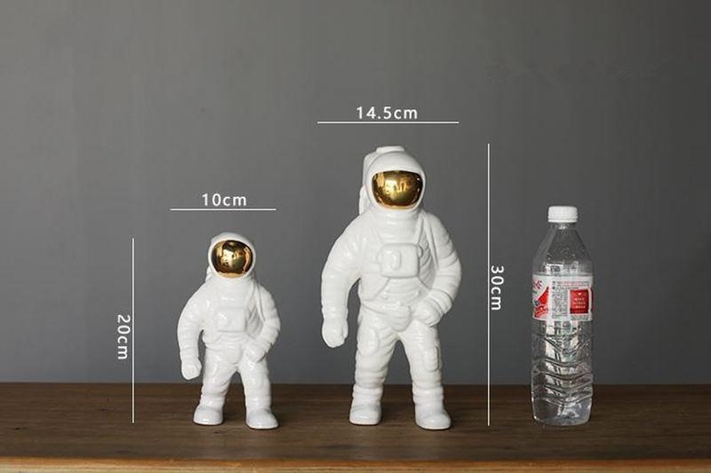 Espaço criativo homem astronauta escultura foguete avião