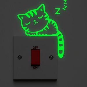 Kot kreskówka przełącz Luminous naklejki ścienne blask w ciemności wystrój domu salon zwierzęta naklejka winylowa dekoracyjna świecąca sztuki dekoracji