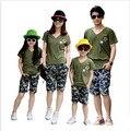 2017 trajes a juego familia padre madre hija hijo clothing set verde del ejército de manga corta con cuello en V t-shirt de camuflaje corto pantalones